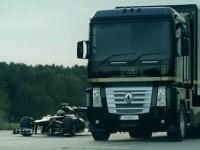 Saut de camion par dessus une formule 1