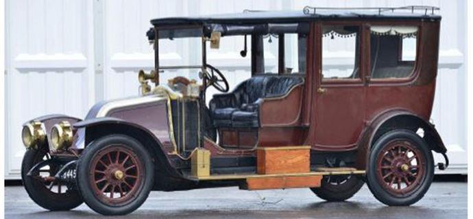 De nombreux véhicules de plus de 100 ans dont cette routière Renault de 1912 à 4 cylindres de 5 litres